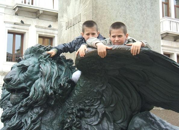 Campo Manin bambini sul leone